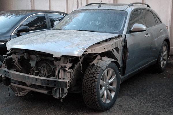 Поврежденный автомобиль после аварии