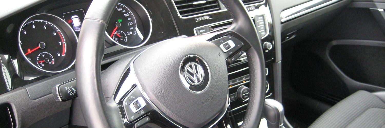 Руль и панель приборов автомобиля Volkswagen Golf 2014 года