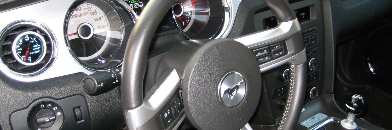 Панель приборов автомобиля Ford Mustang 2012 года